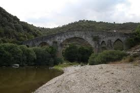 ponte medieval sobre o rio maças.jpg